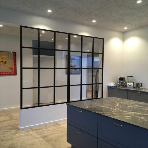 Fastmonteret Glasvæg